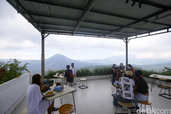 Warga lokal mulai memadati kafe-kafe yang ada di kaldera gunung Batur ini. Montana Del Cafe jadi salah satu yang paling ramai tiap harinya.