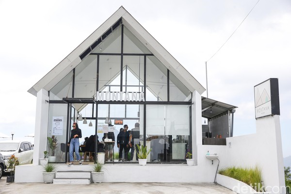 Kafe ini berlokasi di Jalan Penelokan No.889, Kintamani, Bangli, Bali. Montana Del Cafe namanya.