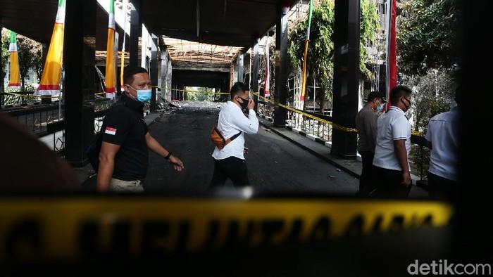 Polisi melakukan olah tempat kejadian perkara di gedung Kejagung yang terbakar, Senin (24/82020).