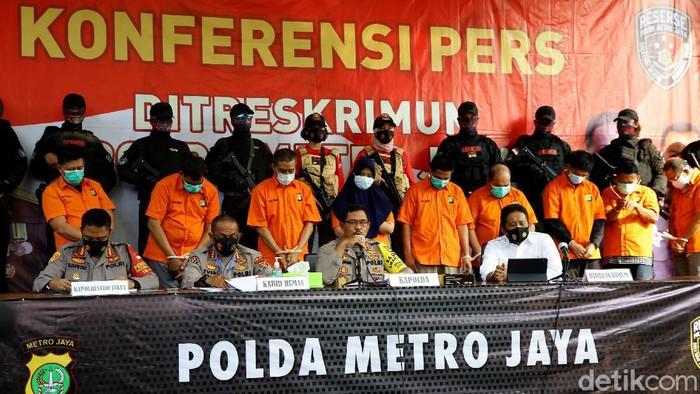 Polisi menangkap 12 pelaku penembakan maut di Kelapa Gading, Jakarta Utara. Berikut penampakan para pelaku yang kini berbaju tahanan.