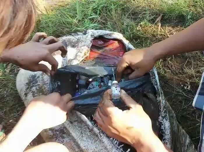 Mahasiswa yang tengah KKN di Kabupaten Probolinggo menemukan sekantong sampah medis. Sampah itu mereka temukan saat bersih-berih sungai.