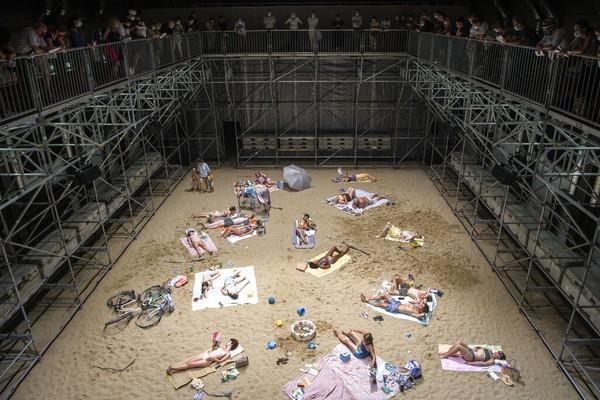 Para penonton menyaksikan opera dari atas dengan dibatasi pagar besi.