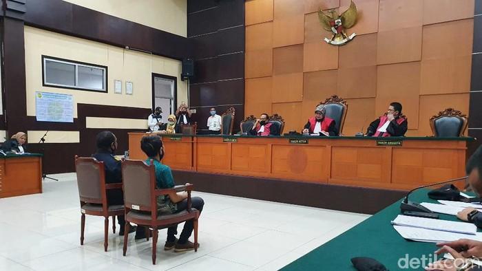 Tim Penindakan dan Penyidikan Kanwil Direktorat Jenderal Bea dan Cukai Jakarta, Frankie Tokoro (kiri) saat memberikan kesaksian di PN Jaktim (Isal Mawardi/detikcom)