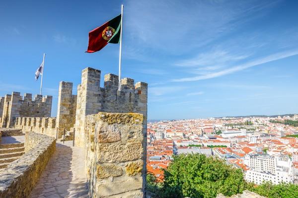 Di Lisbon kita juga dapat melihat bangunan-bangunan megah yang menggambarkan kebesaran Portugal. Salah satunya St George Castle yang merupakan benteng peninggalan zaman keemasan Portugal. (Foto: iStock)
