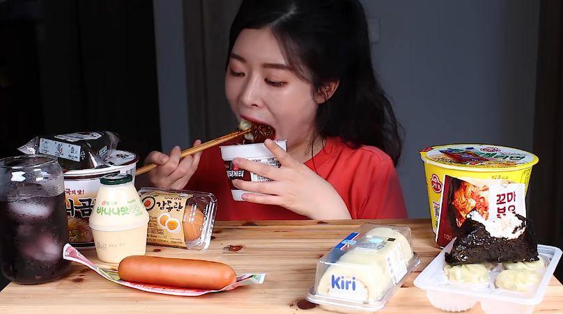 YouTuber Korea Mukbang Makanan Minimarket