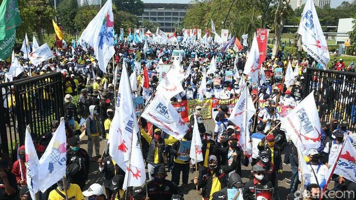 Ribuan buruh menggelar demonstrasi menolak Omnibus Law Cipta Kerja di depan gedung DPR, Jakarta. Namun mereka tidak menerapkan jaga jarak fisik.