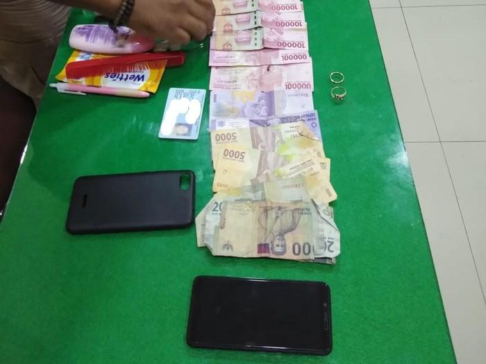 Barang bukti pria begal dan jambret ponsel istrinya di Gunungkidul, Selasa (25/8/2020).