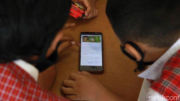 Para siswa dengan keterbatasan paket data internet belajar di Posyandu. Posyandu ini menyediakan akses WiFi gratis untuk belajar yang difasilitasi Pemkot Tangerang.