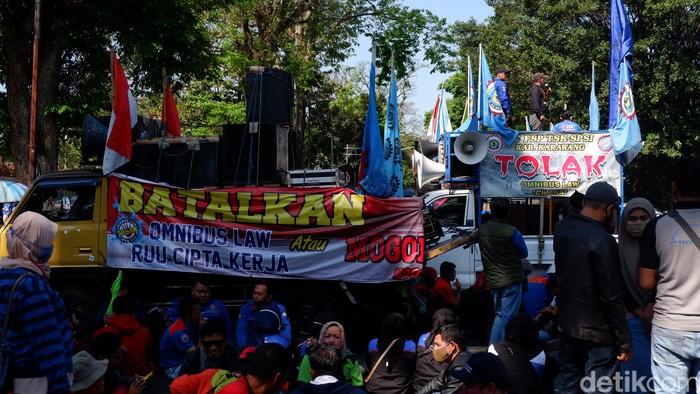 Buruh demo omnibus law di gedung sate