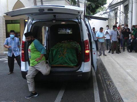 dua orang dampingi peti jenazah plt bupati sidoarjo tanpa pakai hazmat