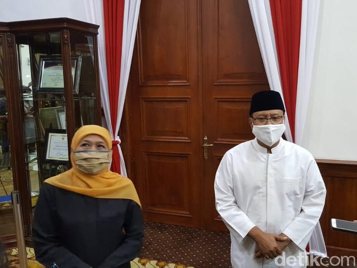 Gubernur Jatim Khofifah Indar Parawansa dan Mantan Wagub Jatim Saifullah Yusuf (Gus Ipul) bertemu di Gedung Negara Grahadi pada Senin (24/8) malam. Keduanya sepakat menggelar konser dengan mendatangkan Ari Lasso di era new normal.