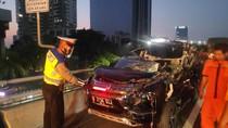 Pengemudi Mengantuk, Mobil Minibus Seruduk Truk di Km 10 Tol Slipi