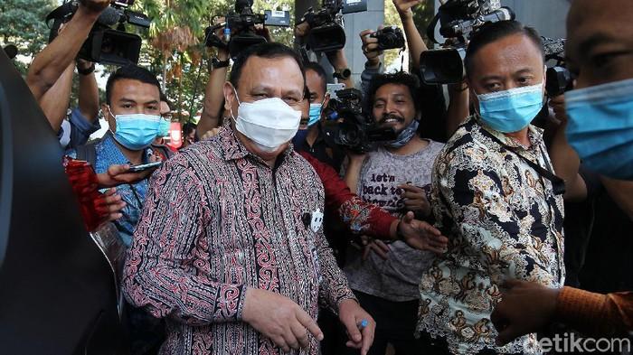 Ketua KPK Firli Bahuri usai menjalani sidang etik yang digelar oleh Dewan Pengawas KPK, di gedung C1 KPK Kuningan Jakarta, Selasa (25/8/2020) . Persidangan yang berlangsung tertutup tersebut memeriksa Firli atas dugaan  pelanggaran etik terkait aktivitas penggunaan fasilitas berupa helikopter mewah atas laporan Masyarakat Anti Korupsi (MAKI).