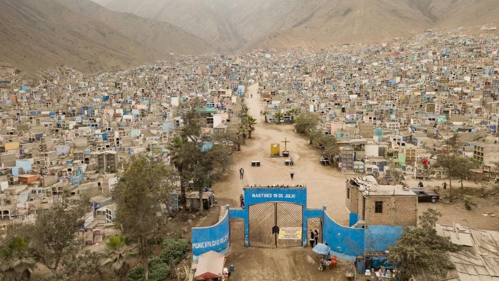 Potret Komplek Pemakaman Massal Corona di Peru