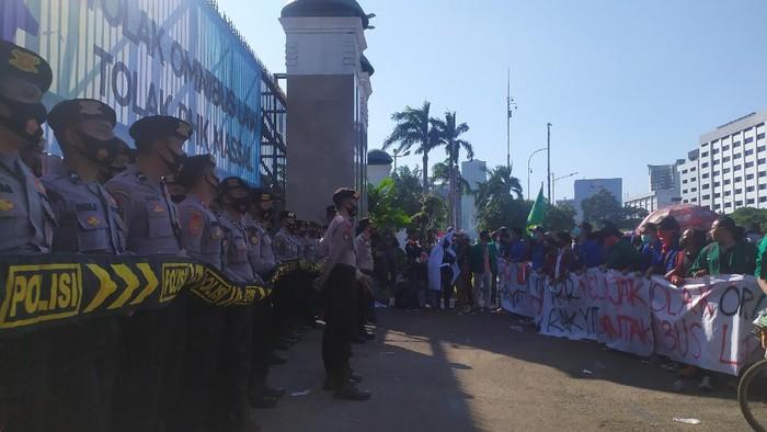 Massa mahasiswa unjuk rasa di depan gedung DPR untuk menolak omnibus law, Selasa (25/8/2020).