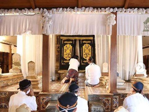 Makam Sunan Kudus saat masih ditutup luwur atau kelambu.