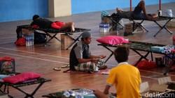 GOR Tambora jadi lokasi isolasi mandiri warga yang terpapar COVID-19. Sejumlah fasilitas disediakan guna penuhi kebutuhan warga selama isolasi mandiri di sana.