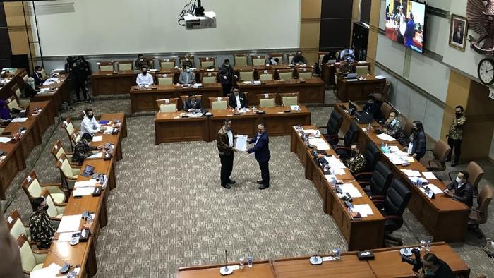 Menkum HAM Yasonna Laoly menyerahkan DIM RUU MK ke Komisi III DPR