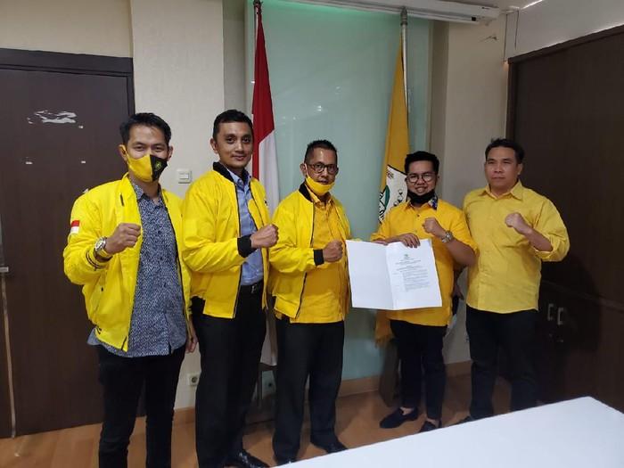 Pasangan Edi Damansyah-Rendi Solihin menerima surat rekomendasi dukungan untuk Pilbup Kukar dari pengurus DPP Golkar (dok Istimewa)