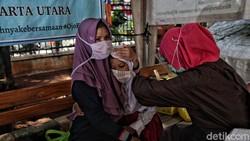 Sejumlah siswa SD diimunisasi di Kantor Kelurahan Semper Timur, Jakarta Utara. Begini potret anak-anak saat disuntik imunisasi.