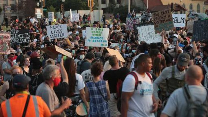 KENOSHA, WISCONSIN - AUGUST 24: People gather in front of the Kenosha County Court House to protest against the police shooting of Jacob Blake on August 24, 2020 in Kenosha, Wisconsin. Blake, who is Black, was shot by police multiple times in the back as he entered the drivers side door of a vehicle, a video of the incident appears to show.   Scott Olson/Getty Images/AFP