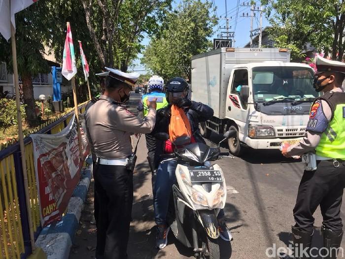 Polisi Kota Probolinggo menggelar razia masker di jalan-jalan protokol. Pelanggar dihukum mengucap janji selalu memakai masker hingga 10 kali.