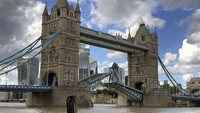 Polisi Temukan Harta Karun-Lantunan Adzan Indah di Jembatan Ikonik London