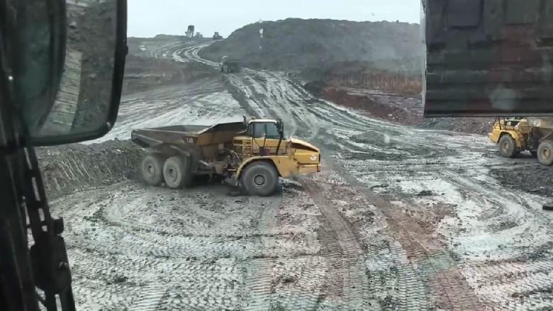 Truk seberat 40 ton ngedrift di area pertambangan
