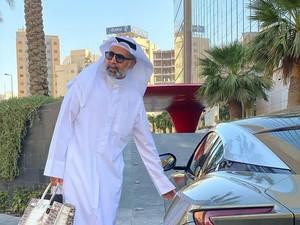 Pria Arab Tajir Jadi Sorotan, Pakai Gamis Sambil Tenteng Tas Hermes Rp 2 M