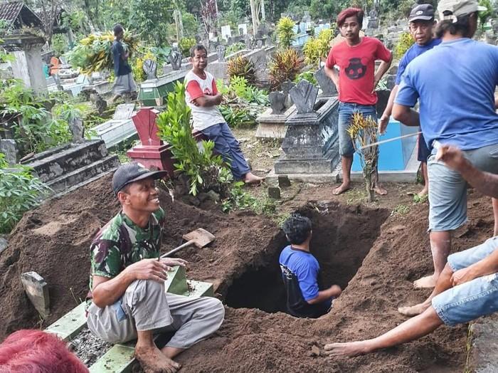 Harnanik dikabarkan meninggal oleh rumah sakit tempatnya dirawat. Keluarganya langsung menyiapkan penjemputan jenazah dan liang lahat, namun ternyata Harnanik masih hidup.