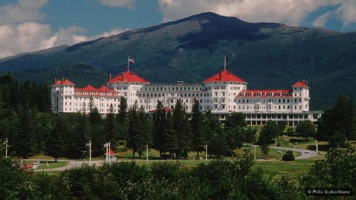 Mount Washington Hotel merupakan hotel yang berdiri di Bretton Woods, tepatnya di kaki Gunung Washington puncak tertinggi di Amerika Serikat.