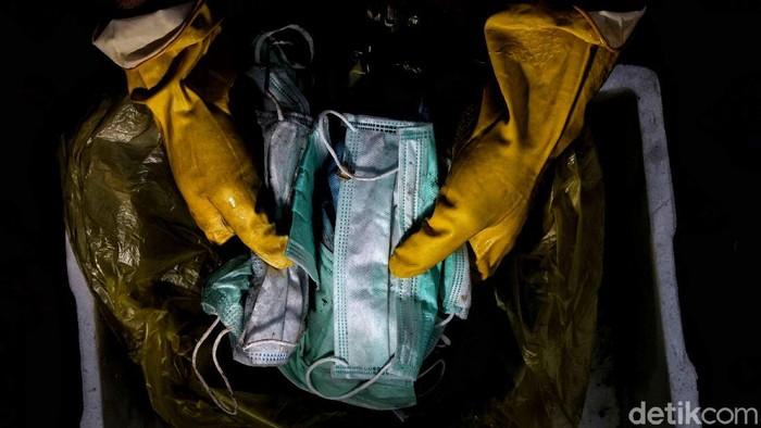 Limbah medis jadi persoalan tersendiri di tengah upaya pencegahan virus Corona di Ibu Kota. Sejumlah petugas pun dikerahkan untuk mengelola limbah medis itu