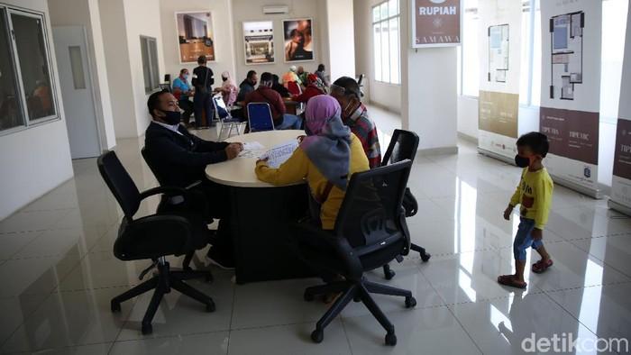 Warga melihat unit contoh di Tower Samawa DP 0 di Pondok Kelapa, Jakarta, Rabu (26/8/2020). Menurut PD Sarana Jaya Data PPJB pertanggal 25 Agustus 2020 terdapat 365 penghuni. Jumlah unit di tower ini 780.