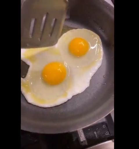 Chrissy Teigen bagikan tutorial bikin telur ceplok