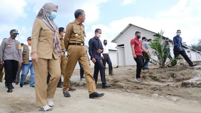 Gubernur Sulsel Nurdin Abdullah bersama Bupati Luwu Utara Indah Putri Indriani meninjau hunian sementara untuk korban banjir bandang Masamba (dok. Istimewa).