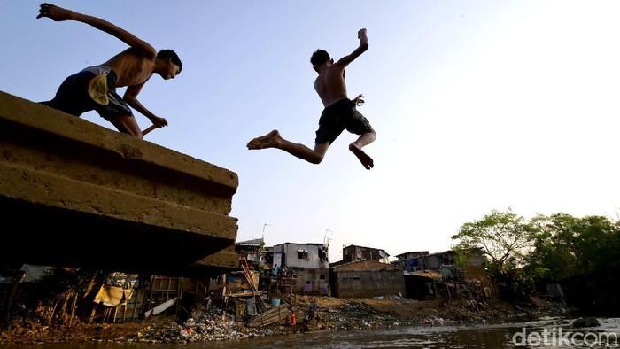 Bermain di sungai jadi kegiatan yang kerap dilakukan anak-anak di bantaran Sungai Ciliwung, Jakarta. Anak-anak itu kerap bermain air sambil mandi di sungai itu.