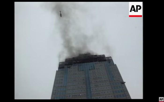 Kebakaran di Gedung BI, 8 Desember 1997. (Tangkapan layar video Associated Press/AP)