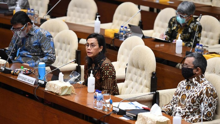 Menteri Keuangan Sri Mulyani (kiri) didampingi Wamenkeu Suahasil Nazara (kanan) mengikuti Rapat Kerja dengan Komisi XI di Kompleks Parlemen Senayan, Jakarta, Rabu (26/8/2020). Raker tersebut membahas Laporan Keuangan Kementerian Keuangan pada APBN 2019. ANTARA FOTO/Puspa Perwitasari/aww.