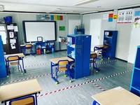 Dekorasi kelas serba biru dengan rak buku individu. Lucu juga nih. (Bored Panda)