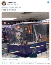 Meja guru juga ditutupi plastik, namun tetap didekorasi sederhana dengan lampu-lampu yang mengelilinginya. (Bored Panda)
