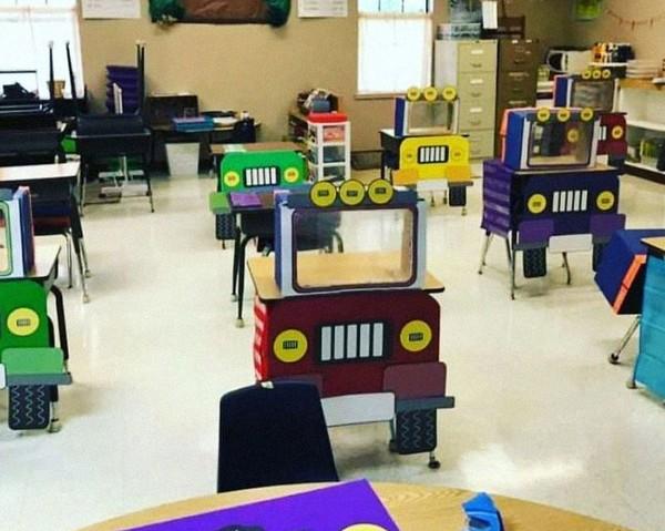 Meja dengan motif mobil warna-warni ini bisa memberikan kesan ceria belajar di tengah pandemi Corona. (Bored Panda)