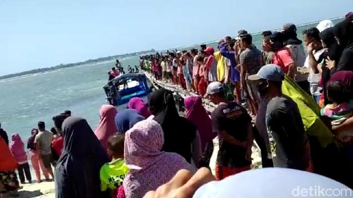 Sebuah perahu penumpang terbalik di perairan Sumenep karena dihantam gelombang. Satu orang meninggal dalam kejadian tersebut dan dua orang hilang.