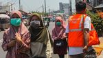 Puluhan Orang Tak Bermasker Dihukum Nyapu Jalanan