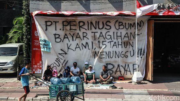 Pengusaha UMKM Abdul Malik bersama rekan kerja berdemo di kantor PT Perikanan Nusantara (Perinus). Mereka meminta PT Perinus membayar tagihan kontrak kerja mereka.