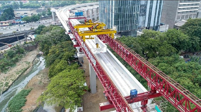 PT Adhi Karya (Persero) memasang U-Shaped Girder terakhir di jalur kereta LRT Jabodebek. U-Shape Girder itu merupakan yang pertama dan terpanjang di Indonesia.