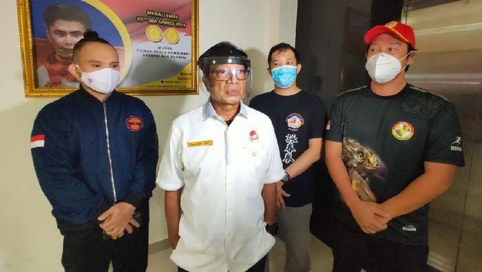 Gunawan (tengah) didampingi Ario (kiri), Herman Wijaya (kanan) dan Ming Yeoh (belakang)