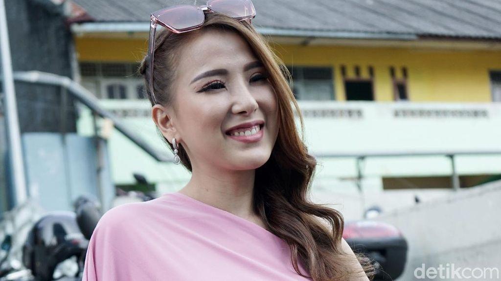 Pamer Kemesraan, Angela Tee Ditaksir Duda Keren Goldwin Yustantio