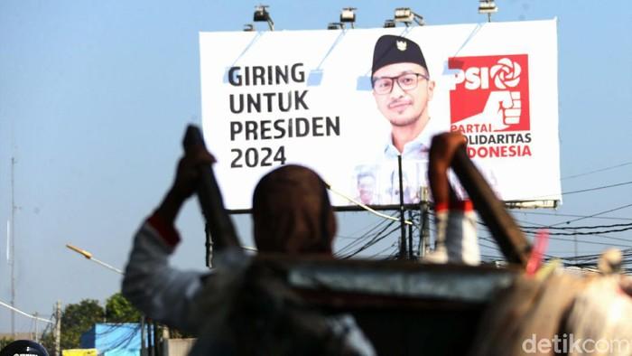 Giring Ganesha, yang kini menjabat Plt Ketum Partai Solidaritas Indonesia (PSI) resmi mengumumkan diri maju menjadi Capres 2024. Balihonya tampak mejeng di Kalimalang.