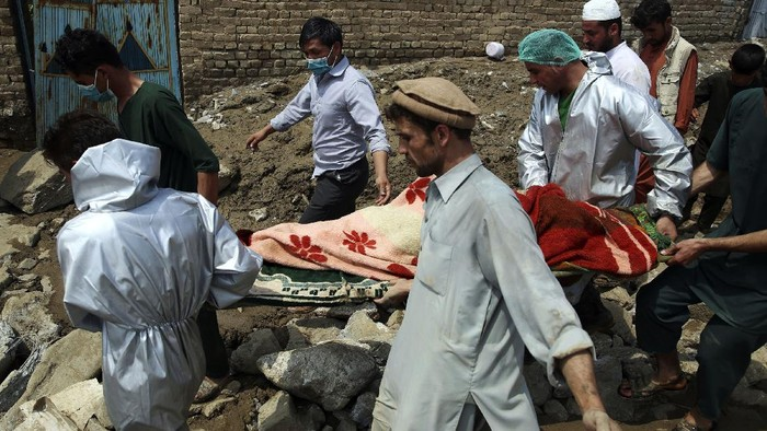 Afghans are treated at a hospital after being injured in a mudslide during heavy flooding in Parwan province, north of Kabul, Afghanistan, Wednesday, Aug. 26, 2020. Flooding in northern Afghanistan killed and injured dozens of people officials said Wednesday. (AP Photo/Rahmat Gul)