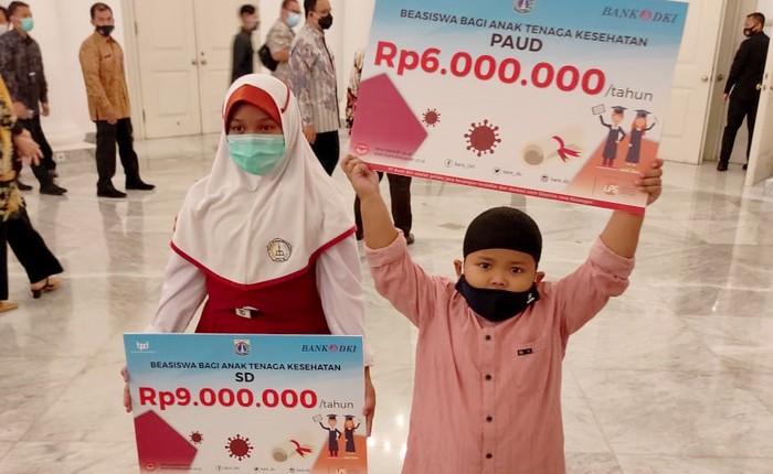 Bank DKI dukung penyaluran bantuan dana bagi anak-anak tenaga kesehatan yang meninggal saat menangani pasien Covid-19. secara simbolis bantuan tersebut diserahkan di Balaikota Kamis (27/08) ini  merupakan program Dinas Pendidikan Pemerintah Provinsi DKI Jakarta.